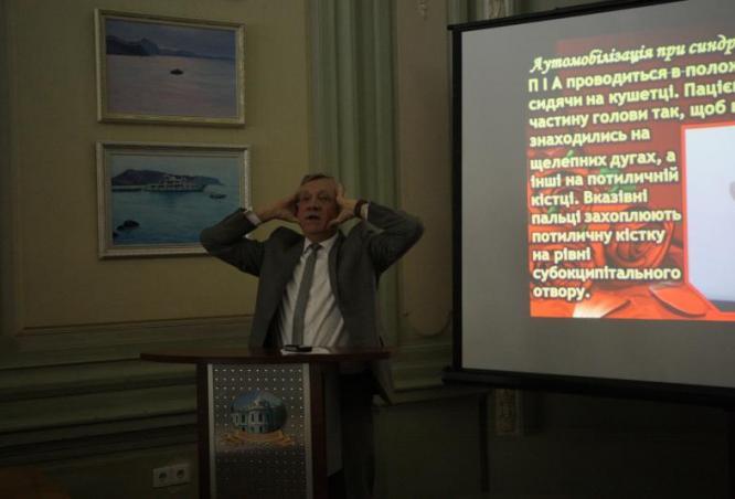 Проф. Андріюк Л.В. демонструє фізичні вправи